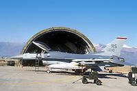 - aereo da caccia  F 16 davanti al suo ricovero corazzato nella base aerea  USA di Aviano (Pordenone)....- fighter aircraft F 16 in front of its armored shelter in the US Air Force base of Aviano (Pordenone)