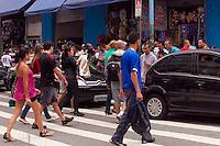 SAO PAULO,SP, 03 DE DEZEMBRO DE 2011 - TRANSITO - DDESRESPEITO AO PEDESTRE - Semafaro no amarelo piscante no cuzamento das Ruas Carlos de Souza Nazare, região central da cidade, faz com pedestres disputem uma chance para atravessar a rua, na faixa de pedestre, no entanto, na esquina dessas ruas 4 policiais militares conversam e nada fazem para minimizar o problema e prevenir acidente. Foto Ricardo Lou- News Free