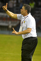 BARRANQUILLA  -COLOMBIA, 13-08-2016. Pedro Sarmiento director técnico de Rionegro Águilas en acción contra Junior    durante encuentro  por la fecha 8 de la Liga Aguila II 2016 disputado en el estadio Metroplitano Roberto Meléndez ./ Pedro Sarmiento  coach of Junior in actions against  of Junior   during match for the date 8 of the Aguila League II 2016 played at Metroplitano Roberto Melendez stadium . Photo:VizzorImage / Alfonso Cervantes  / Contribuidor