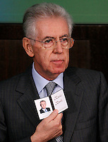 Il Presidente del Consiglio Mario Monti mostra la tessera di giornalista ricevuta dal presidente dell'Ordine dei Giornalisti all'inizio della conferenza stampa di fine anno a Roma, 29 dicembre 2011..Italian Premier Mario Monti shows his new journalist card received from Italian journalists order's President during the year-end press conference in Rome, 29 december 2011..UPDATE IMAGES PRESS/Riccardo De Luca