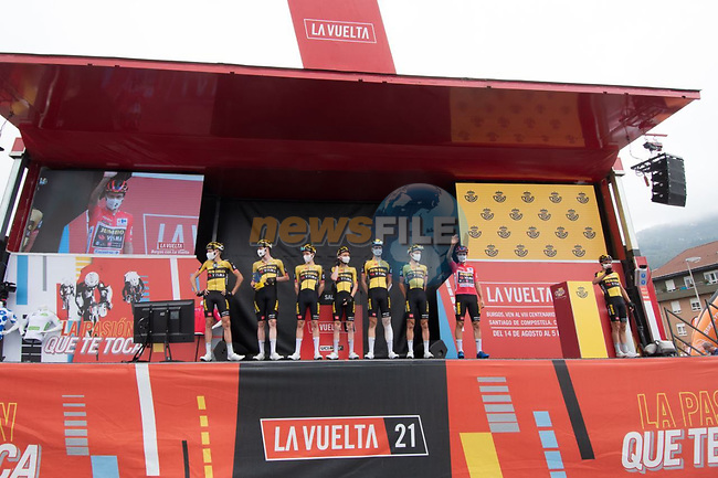 Jumbo-Visma best team from yesterday's stage at sign on before Stage 18 of La Vuelta d'Espana 2021, running 162.6km from Salas to Alto del Gamoniteiru, Spain. 2nd September 2021.   <br /> Picture: Cxcling   Cyclefile<br /> <br /> All photos usage must carry mandatory copyright credit (© Cyclefile   Cxcling)