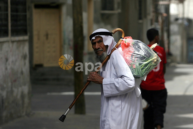 A Palestinian man buys an vegetables at the market in Rafah southern Gaza strip, on Oct. 21, 2013. Photo by Eyad Al Baba