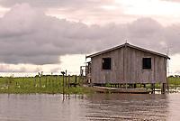 Início da comunidade de Jenipapo. vila construída acima dágua com casas interligadas por pontes de madeira conhecidas na região como estivas, beira do lago Arari. Marajó.<br /> Santa Cruz do Arari, Pará, Brasil.<br /> 08/05/2006<br /> Foto Paulo Santos/Interfoto