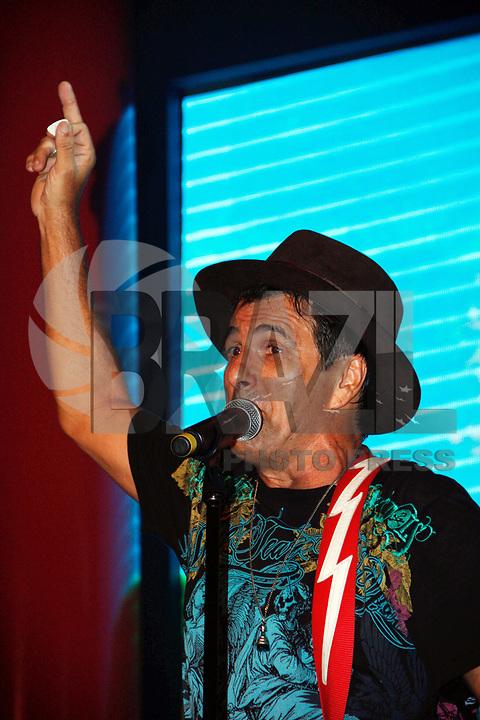 ÃO PAULO, SP, 04 MARÇO DE 2011 - CARNAVAL 2011 / CAMAROTE BRAHMA - O cantor e ator Evandro Mesquista durante show no camarote Brahma onde acompanhara os desfiles das escolas de samba do Grupo Especial de São Paulo, na noite desta sexta-feira (4), no Sambódromo do Anhembi, na região norte da capital paulista. (FOTO: AMAURI NEHN / NEWS FREE).