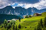 Italien, Suedtirol (Trentino - Alto Adige), Dolomiten, Campilltal, Bergdorf Campill - Weiler Misci vor der Puezgruppe | Italy, South Tyrol (Trentino - Alto Adige), Campill Valley (Val di Longiarù): mountain village Campill (Longiarù) - hamlet Misci and Puez mountains (Gruppo del Puez)