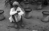11.2008 Old man sitting on the ground in a tea shop during festival of kartik purnima in Pushkar.<br /> <br /> Vieil homme assis par terre a un magasin de thé pendant la fête de kartik purnima de Pushkar.