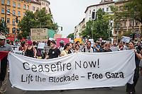 """Israelis demonstrieren in Berlin  gegen Gaza-Krieg.<br /> Mehrere hundert Menschen folgtem einem Aufruf von Israelis und Juden die in Berlin leben zu einer Demonstration gegen den Krieg Israels gegen im Gaza-Streifen. An der Demonstration nahmen auch Menschen aus arabischen Laendern und Deutschland teil. Gemeinsam riefen sie Parolen gegen Israel, Antisemitismus, Antiislamismus und forderten ein sofortiges Ende des Krieges.<br /> Im Bild: Demonstranten halten ein Transparent """"Waffenstillstand jetzt! Beendet die Blockae - Freies Gaza"""".<br /> 30.7.2014, Berlin<br /> Copyright: Christian-Ditsch.de<br /> [Inhaltsveraendernde Manipulation des Fotos nur nach ausdruecklicher Genehmigung des Fotografen. Vereinbarungen ueber Abtretung von Persoenlichkeitsrechten/Model Release der abgebildeten Person/Personen liegen nicht vor. NO MODEL RELEASE! Don't publish without copyright Christian-Ditsch.de, Veroeffentlichung nur mit Fotografennennung, sowie gegen Honorar, MwSt. und Beleg. Konto: I N G - D i B a, IBAN DE58500105175400192269, BIC INGDDEFFXXX, Kontakt: post@christian-ditsch.de<br /> Urhebervermerk wird gemaess Paragraph 13 UHG verlangt.]"""