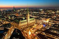 Hamburger Rathaus mit Weihnachtsmarkt und Michel: EUROPA, DEUTSCHLAND, HAMBURG, (EUROPE, GERMANY), 10.12.2003:  Hamburger Rathaus mit Weihnachtsmarkt und Michel in der Blauen Stunde