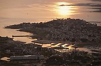 Europe/France/Bretagne/56/Morbihan/Presqu'île de Rhuys/Arzon/Port de Crouesty: Vue aérienne du port au soleil couchant en premier plan l'hotel thalasso Miramar-Crouesty