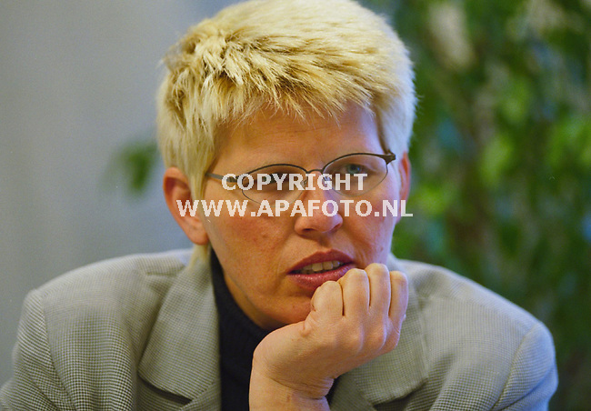 Mevr Wildeman over plan Kobus Aalten . Foto : Frans Ypma