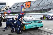 #19: Martin Truex Jr., Joe Gibbs Racing, Toyota Camry Auto-Owners Insurance pit stop