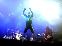 Das Festival With Full Force geht in die 18. Runde. 60 Bands aus der Hardcore-, Punk- und Metallszene haben sich auf dem haertesten Acker Deutschlands nahe Roitzschjora versammelt. Dazu gesellen sich nach Angaben der Veranstalter Sven Borges, Mike Schorler und Roland Ritter fast 30000 Besucher aus aller Welt. Drei Tage lassen die Bands ihre stromgestaehlten Gitarren gluehen und pusten per Mega-Boxenwand das Gras von der Landebahn des Sportflugplatzes. im Bild:  Knorkator, Stumpen im neuen Ganzkoerperoutfit, rechts Buzz Dee, an den Trommeln Nick Aragua .  Foto: Alexander Bley