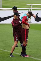 Athletiktrainer Klaus Luisser (Eintracht Frankfurt) befestigt den Tracker an Danny Blum (Eintracht Frankfurt) zur Messung der Leistungsdaten im Training - Eintracht Frankfurt Training, Commerzbank Arena