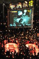 Nacht der Kerzen auf dem Nikolaikirchhof - 19 JAhre nach der friedlichen Revolution im Herbst 89 - Lichtinstallationen, Eine Leinwand mit Wendeimpressionen und tausende Kerzen versetzten die Besucher in eine emotionale Stimmung. Im Bild: Die Besucher stehen mit ihren Kerzen parat um die 89 zu illuminieren. Foto:  Norman Rembarz..  -> p:  0179 4887569.m:  norman.rembarz@action-in-focus.de..Ust.ID.: DE256991963.St.Nr.:  231/261/06432