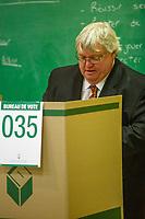 Le depute liberal de Brossard et Ministre de la sante Gaetan Barrette depose son vote a l'election provinciale du 7 avril 2014, a Brossard.<br />  <br /> PHOTO : <br /> - Agence Quebec presse