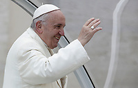 Papa Francesco saluta i fedeli al termine dell'udienza generale del mercoledi' in Piazza San Pietro, Citta' del Vaticano, 31 gennaio, 2018.<br /> Pope Francis waves to faithful as he leaves at the end of his weekly general audience in St. Peter's Square at the Vatican, on January 31, 2018.<br /> UPDATE IMAGES PRESS/Isabella Bonotto<br /> <br /> STRICTLY ONLY FOR EDITORIAL USE