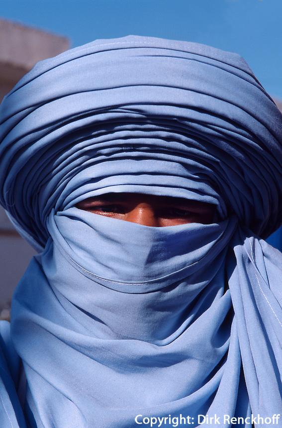 Tunesien, Douz, auf dem Marktplatz, Tuareg in landestypischer Tracht