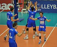 Knack Roeselare - ACH Volley Ljubljana : vreugde bij Stijn D'hulst (4) en ploegmaats na het binnenhalen van de 3de set.foto VDB / BART VANDENBROUCKE