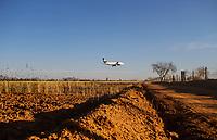 Avion sobre vuela unas hectáreas de cultivo maíz.<br /> Avion aterrizando en Aeropuerto de Hermosillo al atardecer.<br /> Camino de Terraceria. Arbol <br /> Aeropuerto,Avion,Volaris,Aeromexico