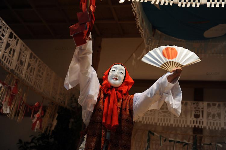 Yokagura in which villagers perform 33 Kagura, Shinto theatrical dance, all night in Takachiho.<br /> <br /> Yokagura dans lequel des villageois jouent 33 Kagura, danse théâtrale shinto, toute la nuit à Takachiho.