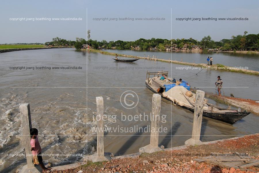 BANGLADESH, Khulna, village Kalabogi at river Shibsha close to the Bay of Bengal , flood protection sluice gate / BANGLADESCH, Dorf Kalabogi am Fluss Shibsha , Schleusentor zum Schutz bei Flutkatastrophen und Wirbelstuermen