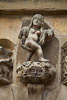 France, Corrèze (19), Beaulieu-sur-Dordogne, sur le Chemin de Compostelle, sculpture sur la Maison dite Renaissance du XIXe siècle // France, Correze, Beaulieu sur Dordogne, a stop on el Camino de Santiago, sculpture on the House called Renaissance dated 19th century