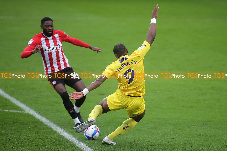 Uche Ikpeazu of Wycombe Wanderers gets ready to take a shot at the Brentford goal as Josh DaSilva looks on during Brentford vs Wycombe Wanderers, Sky Bet EFL Championship Football at the Brentford Community Stadium on 30th January 2021