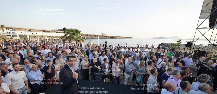 - NAPOLI 23 GIU - Arenile di Bagnoli  l'europarlamentare Raffaele Fitto ringrazia i suoi elettori campani