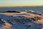 L immense caldeira du volcan, recouverte d un epais manteau neigeux se dévoile dans les premieres rais oranges du jour