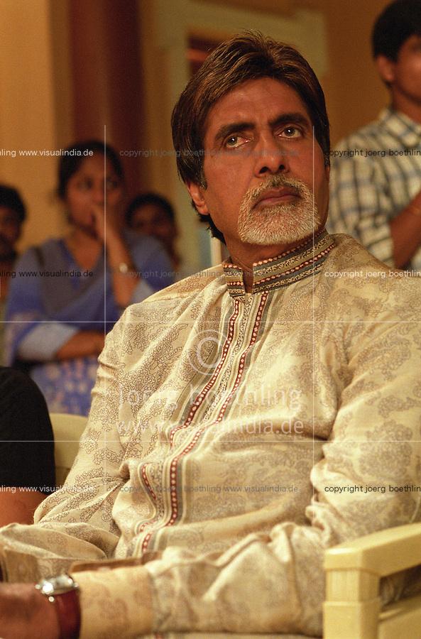 INDIEN Bombay , Bollywood Filmproduktion Baghban mit Superstar Amitabh Bachchan in einem Filmstudio in der Filmcity Goregoan / INDIA Mumbai Bombay, Bollywood, film set for Baghban in studio in filmcity Goregoan with movie star Amitabh Bachchan