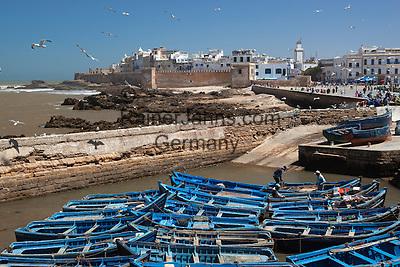 Marokko, Region Marrakesch-Tensift-El Haouz, Essaouira an der Atlantikkueste: Fischerboote vor der Medina (Altstadt) | Morocco, Region Marrakesh-Tensift-El Haouz, Essaouira at the Atlantic Coast: View over fishing boats to the ramparts and medina