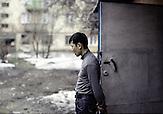 Zuletzt hat die Regierung große Anstrengungen unternommen, um das marode Bildungssystem zu modernisieren. Gleiche Zukunftschancen für Alle sind in Kasachstan aber dennoch nicht realisiert. Korruption und Vetternwirtschaft sorgen dafür, dass vielen Kasachen höhere Bildung oder eine lukrative Stelle versagt bleiben. Für sie bleibt oft nur die Arbeit in kleinen Handwerksbetrieben oder Gelegenheitsjobs. Kasachstan ist rohstoffreich und prosperiert. Kritik an den Schattenseiten des Aufstiegs duldet das System von Präsident Nursultan Nasarbajew nur geringfügig. Bilder von Hinterhöfen und grauen Vorstädten sollen nicht an die Öffentlichkeit gelangen. / Kazakhstan is a resource-rich and prosperous country.  President Nursultan Nasarbajew's system hardly allows any criticism. Pictures of backyards and suburbs are not supposed to go public.