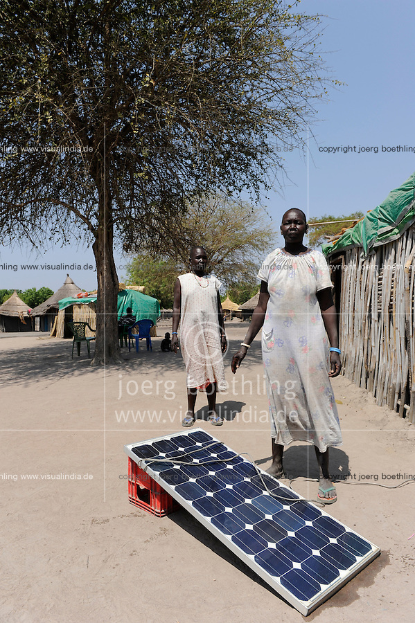 "Afrika Sudan Rumbek , Familie mit Solar Home System - Energie alternative Afrikaner afrikanisch xagndaz | .Africa South Sudan Rumbek , family with solar home system - energy renewable | [ copyright (c) Joerg Boethling / agenda , Veroeffentlichung nur gegen Honorar und Belegexemplar an / publication only with royalties and copy to:  agenda PG   Rothestr. 66   Germany D-22765 Hamburg   ph. ++49 40 391 907 14   e-mail: boethling@agenda-fototext.de   www.agenda-fototext.de   Bank: Hamburger Sparkasse  BLZ 200 505 50  Kto. 1281 120 178   IBAN: DE96 2005 0550 1281 1201 78   BIC: ""HASPDEHH"" ,  WEITERE MOTIVE ZU DIESEM THEMA SIND VORHANDEN!! MORE PICTURES ON THIS SUBJECT AVAILABLE!! ] [#0,26,121#]"
