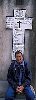 Europe/France/Corse/2A/Corse-du-Sud/Bonifacio: homme se reposant devant le panneau donnat l'horaires des messes des paroisses de la ville [Non destiné à un usage publicitaire - Not intended for an advertising use]