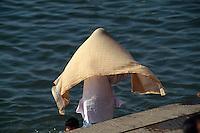 Pilger am Dasswamedh Ghat des Ganges, Varanasi (Uttar Pradesh), Indien