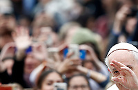 Papa Francesco saluta i fedeli al suo arrivo all'udienza generale del mercoledi' in Piazza San Pietro, Citta' del Vaticano, 28 marzo, 2018.<br /> Pope Francis waves to faithful as he arrives to lead his weekly general audience in St. Peter's Square at the Vatican, on March 28, 2018.<br /> UPDATE IMAGES PRESS/Isabella Bonotto<br /> <br /> STRICTLY ONLY FOR EDITORIAL USE