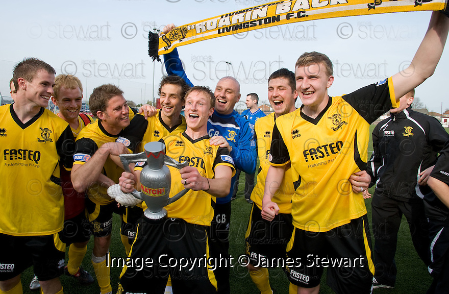 :: LIVINGSTON MANAGER GARY BOLLAN AND HIS PLAYERS CELEBRATE  WINNING THE SECOND DIVISION ::