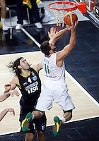 Linas KLEIZA (Lithuania) passes Luis SCOLA (Argentina) during the quarter-final World championship basketball match against Argentina in Istanbul, Lithuania-Argentina, Turkey on Thursday, Sep. 09, 2010. (Novak Djurovic/Starsportphoto.com).