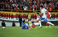 BOGOTA- COLOMBIA – 11-02-2014: Daniel Torres (Cent.) jugador del Independiente Santa Fe de Colombia, anota gol durante partido entre Independiente Santa Fe y Nacional de la segunda fase, grupo 4, de la Copa Bridgestone Libertadores en el estadio Nemesio Camacho El Campin, de la ciudad de Bogota.  / Daniel Torres (C) player of Independiente Santa Fe of Colombia, scored a goal during a match between Independiente Santa Fe and Nacional for the second phase, group 4, of the Copa Bridgestone Libertadores in the Nemesio Camacho El Campin in Bogota city. Photo: VizzorImage / Luis Ramirez / Staff.