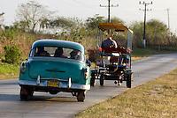 Oldtimer und Pferdetaxi bei  Sancti Spiritus, Cuba