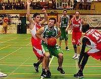 BBC De Westhoek Zwevezele - BS Waregem : Arne Stijnbach (links) en Ameth Gueye (rechts) proberen Joris De Schepper het scoren te beletten.foto VDB / BART VANDENBROUCKE