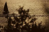 Europe/France/Limousin/23/Creuse/Lac de Vassivière: Voilier au soleil couchant