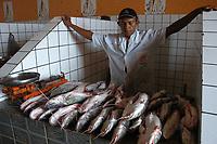 Mercado municipal de Soure.<br /> Peixeiro oferece o peixe filhote.<br /> Foto Paulo Santos<br /> 2006