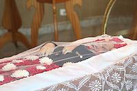 ITAPECERICA DA SERRA, SP, 05.01.2014 - VELORIO NELSON NED - Velorio do cantor Nelson Ned, de 66 anos que morreu na manha desde domingo, 05, no Hospital Regional de Cotia, o cantor estava internado desde sábado com pneumonia. O velório é realizado na tarde deste domingo no Cemiterio Horto da Paz em Itapecerica da Serra na grande Sao Paulo. (Foto: Vanessa Carvalho / Brazil Photo Press).