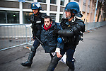 Les forces de l'ordre portent un activiste participant a un sit-in d'une trentaine de personnes Boulevard Clémenceau, devant l'un des check-points de la zone de securite au matin du début du sommet de l'OTAN à Strasbourg, le 04 avril 2009. Apres avoir essuye quelques tirs de grenades lacrymogenes, ils seront finalement portes a l'ecart par les forces de l'ordre puis relaches. .Credit;Hughes Leglise-Bataille/Julien Muguet/face to face