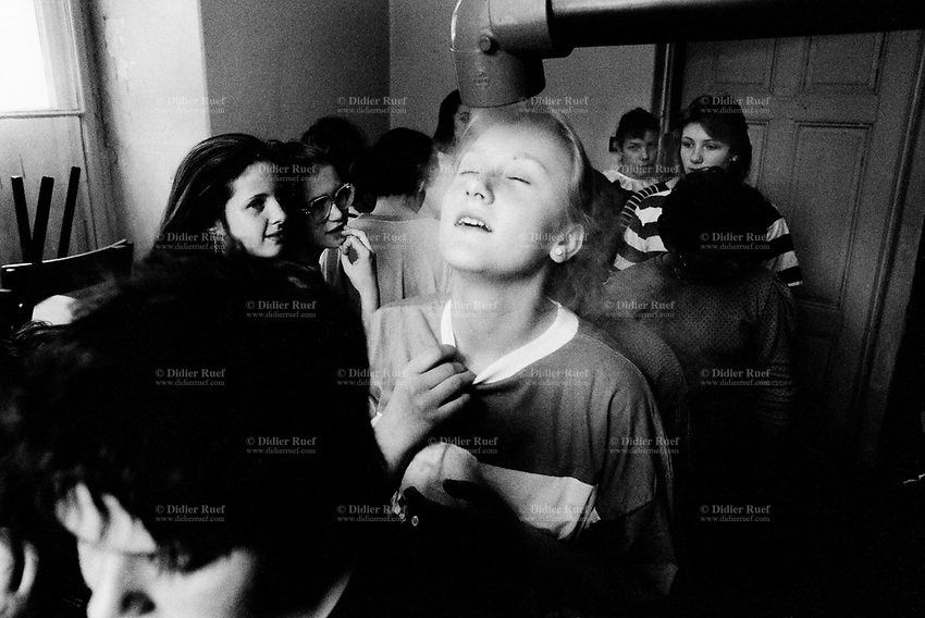 Poland. Silesia. Kameniec. Sanatorium for children, aged 7 to 15 years. A group of girls are inhalating water vapour with eucaliptus oil. Major polluted area due to heavy metals supended in the air. Kameniec is a small town, distant 35 km from Katowice.© 1991 Didier Ruef