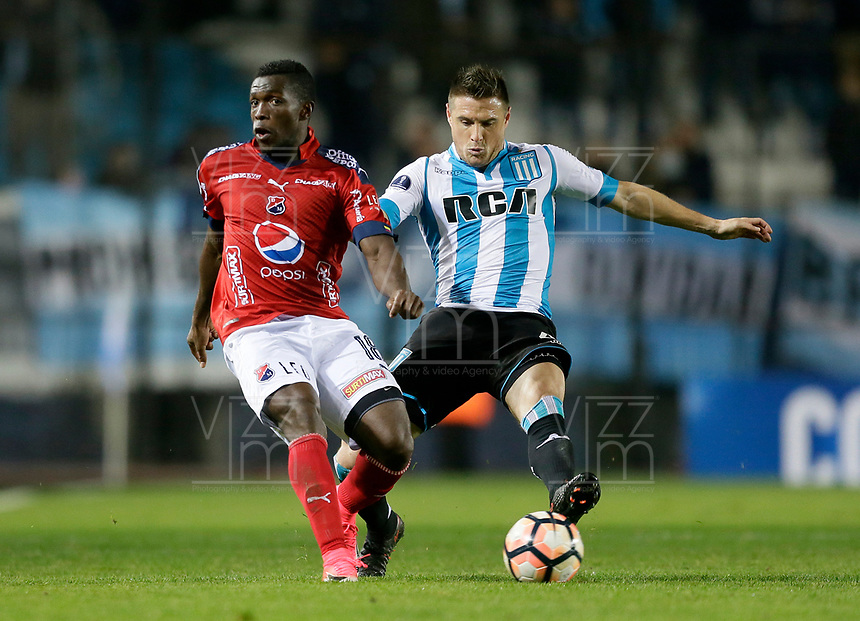 AVELLANEDA - ARGENTINA - 29 - 06 - 2017: Andres Mosquera (Der.) jugador de Racing Club, disputa el balon con Edison Toloza (Izq.) jugador de Deportivo Independiente Medellin, durante partido entre Racing Club de Argentina y Deportivo Independiente Medellin de Colombia, por la segunda fase llave 1 por la Copa Conmebol Sudamericana 2017 en el estadio Juan Domingo Peron, de la ciudad de Avellaneda. / Andres Mosquera (R) player of Racing Club, figths for the ball with Edison Toloza (L) player of Deportivo Independiente Medellin, during a match between Racing Club of Argentina and Deportivo Independiente Medellin of Colombia of the second phase, key 1 for the Copa Conmebol Sudamericana 2017, at the Juan Domingo Peron Stadium in Avellaneda city. Photo: VizzorImage / Javier Garcia Martino / Photogamma / Cont.
