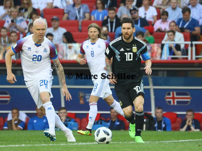 Lionel Messi (Argentinien, Argentina) gegen Emil Hallfredsson (Island, Iceland), Birkir Bjarnason (Island, Iceland) - 16.06.2018: Argentinien vs. Island, Spartak Stadium Moskau