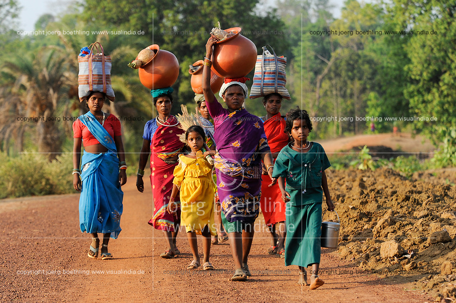 INDIA Chhattisgarh, Bastar, tribal Gond women and childrenwith clay pot coming from market / INDIEN Chhattisgarh , Bastar, Adivasi Frauen des Gond Stammes, indische Ureinwohner, kommen mit Ton Krug vom Markt