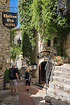 France, Provence-Alpes-Côte d'Azur, Èze Village: medieval, hilltop village above Villefranche-sur-Mer, between Nice and Monaco - old town lane | Frankreich, Provence-Alpes-Côte d'Azur, Èze Village: mittelalterliches Dorf oberhalb von Villefranche-sur-Mer, an der Kuestenstrasse Mittlere Corniche zwischen Nizza und Monaco gelegen, Altstadtgasse
